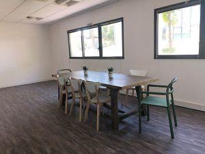 l 'espace dédié aux repas avec une cuisine chez Coethic